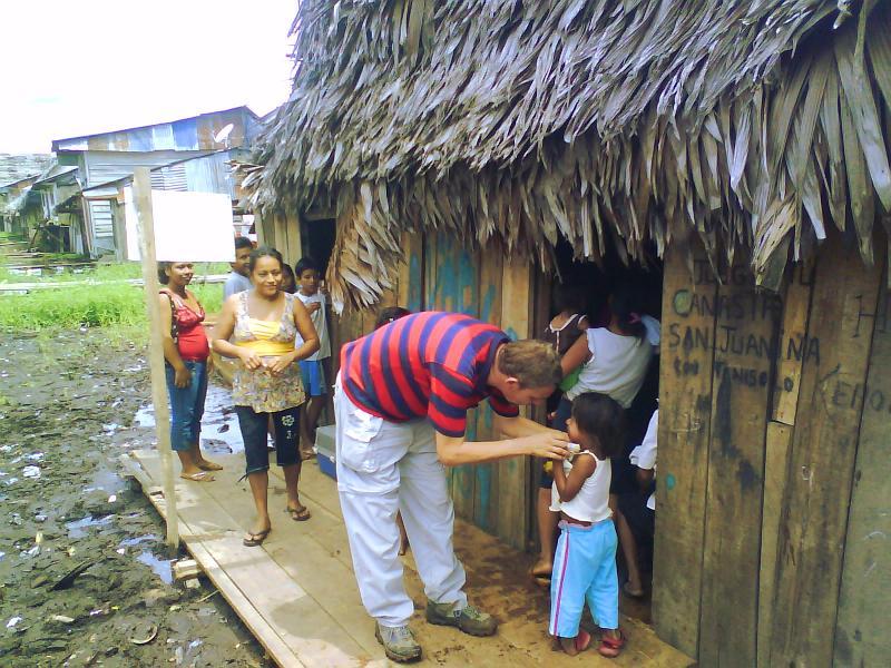 Marco mit einem Kind das Dorf