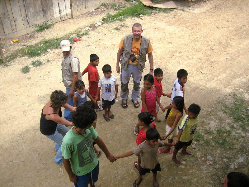 Unser Team spielt mit den Kindern